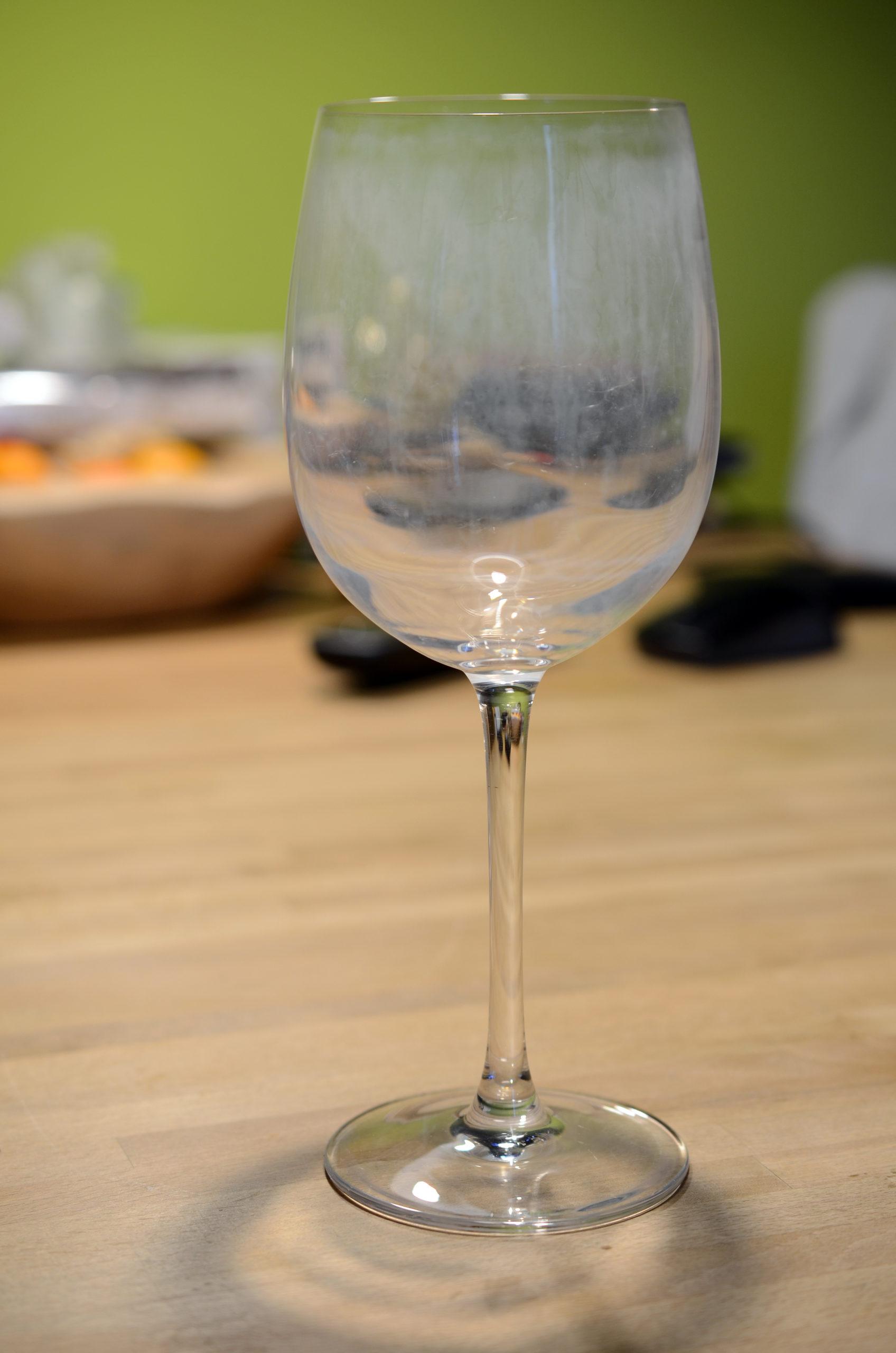 Foto eines verkalkten Weinglases
