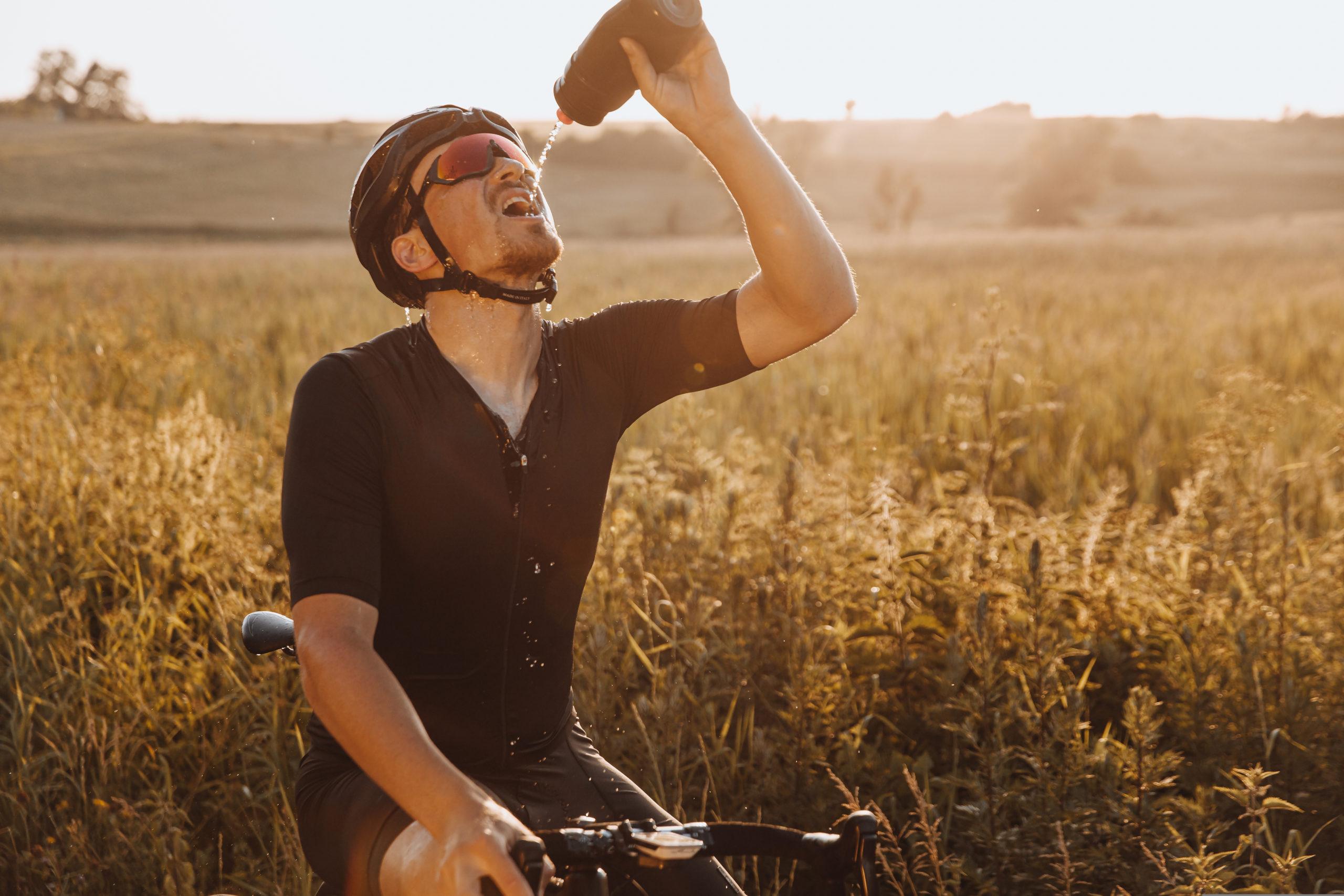 Fahrradfahrer trinkt Wasser